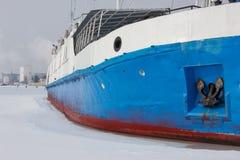 Skeppet fryste i isen Den djupfrysta floden tog skeppet in i fångenskap Ett skepp på Volgaen i vinter Royaltyfri Foto