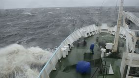 Skeppet går på de stora vågorna arkivfilmer