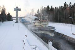 Skeppet i kanalen mycket av is Royaltyfria Bilder
