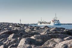 Skeppet lämnar port fotografering för bildbyråer