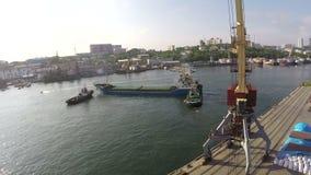 Skeppet lämnar porten tidlapce stock video