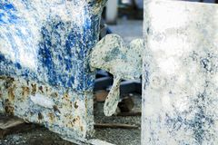Skeppet oxiderade, i korrosionsslut upp Skeppskeppsdocka för reparationen, lokalvård, målning royaltyfria bilder