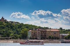 Skeppet på floden med vit sommar fördunklar bakgrund Fotografering för Bildbyråer