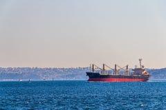 Skeppet seglar Bosphorus Arkivbild
