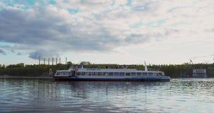 Skeppet seglar floden 4K på RÖD kamera arkivfilmer