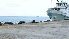 Skeppet seglar från kusten arkivfilmer