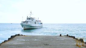 Skeppet seglar från kusten stock video