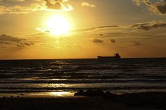 Skeppet seglar i havet av fred och ger fred arkivfoto