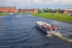 Skeppet seglar i kanalen Kronverksky med turnerar gruppen, solig dag kan in, St Petersburg Fotografering för Bildbyråer