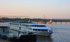 Skeppet seglar in i port på Donauen Fotografering för Bildbyråer