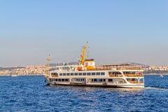 Skeppet seglar Istanbul Arkivfoto