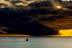 Skeppet seglar in mot stormframdelen royaltyfria foton