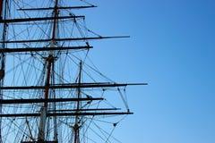 Skeppet seglar peka himlen arkivfoton