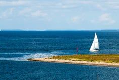 Skeppet seglar till ön Arkivfoto