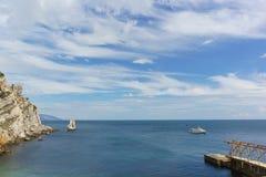 Skeppet seglar till pir av byn Gaspra Vagga seglar nära uddelimen-Burun Lugna dag för sommar på Blacket Sea royaltyfri bild