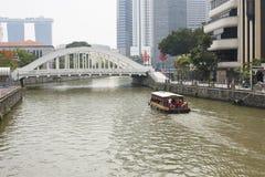 Skeppet simmar nära bron Arkivfoto