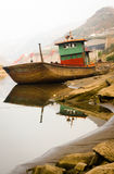 Skeppet som strandar på flodstranden royaltyfri bild