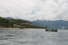 Skeppet som svävar på floden i Vietnam Royaltyfri Foto
