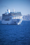 Skeppet svävar nära kusten Royaltyfria Bilder