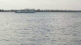 Skeppet svävar på floden stock video