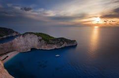 Skepphaveristranden och Navagio skäller på solnedgången Den mest berömda naturliga gränsmärket av Zakynthos, grekisk ö i det Ioni arkivbild