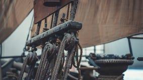 Skeppmasten och det bundna repet hissar fotografering för bildbyråer