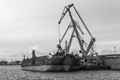 Skeppomlastning av portkanalen Royaltyfri Fotografi