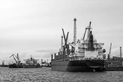 Skeppomlastning av portkanalen Royaltyfri Foto