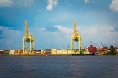 Skepppäfyllning sträcker på halsen i behållareterminalen i Riga, Lettland in arkivfoton