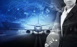 Skepppäfyllningsbehållaren i import - exportera pir- och flygfraktplommoner fotografering för bildbyråer
