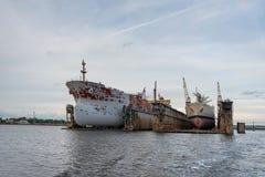 Skeppreparationer som svävar skeppsdockor Arkivbild