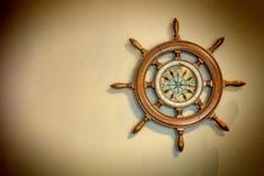 Skepps trasslar ihop det nautiska styrhjulet, havsnavigering royaltyfria bilder