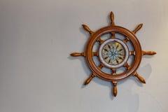 Skepps trasslar ihop det nautiska styrhjulet, havsnavigering royaltyfri fotografi