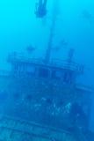 Skeppsbrott och dykare, Maldiverna royaltyfri bild