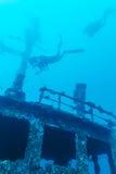 Skeppsbrott och dykare, Maldiverna royaltyfria bilder