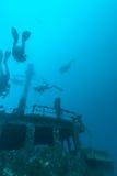 Skeppsbrott och dykare, Maldiverna arkivbilder