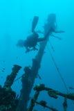 Skeppsbrott och dykare, Maldiverna royaltyfri foto