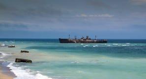Skeppsbrott på kust Fotografering för Bildbyråer