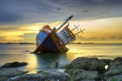 Skeppsbrott på solnedgången Arkivbild