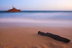 Skeppsbrott på strand Royaltyfri Bild