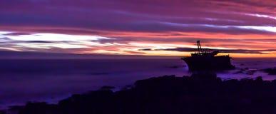 Skeppsbrott på udde Agulhas, Sydafrika på solnedgången Arkivbild