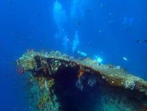 skeppsbrott USS Liberty med många dykarebubblor - Bali Indonesien Asien royaltyfri fotografi