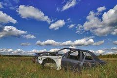 Skeppsbruten bil i gräset. Arkivfoton
