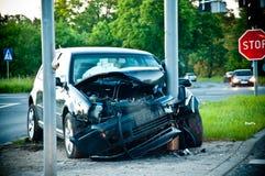 Skeppsbruten bil, når att ha slågit en lampstolpe Royaltyfria Foton