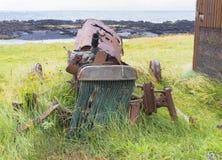 Skeppsbruten traktor som rostar till stycken Royaltyfria Foton