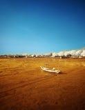 Skeppsbrutet fartyg på att gå tillbaka kusten Royaltyfria Bilder