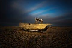 Skeppsbrutet skepp i solnedgång på den Dungeness stranden, England, UK Royaltyfri Fotografi