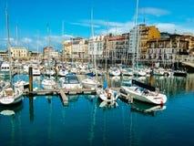 Skeppsdocka av Gijon, Asturias, Spanien som, är fulla av fartyg på det lugnade havet och royaltyfri foto