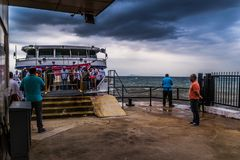 Skeppsdocka för Cinarcik stadfärja i en stormig dag - Turkiet Arkivbild