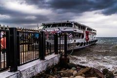 Skeppsdocka för Cinarcik stadfärja i en stormig dag - Turkiet Royaltyfri Bild